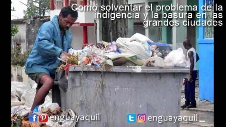 indigente se mete en basura Guayaquil
